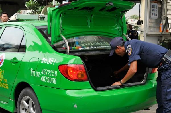 เจ้าหน้าที่รักษาความปลอดภัยตรวจสอบรถผู้มาติดต่อ