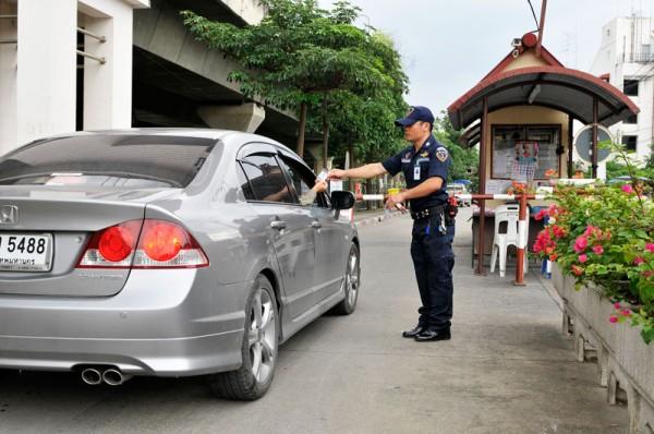 แลกบัตร VISITOR กับเจ้าหน้าที่รักษาความปลอดภัย